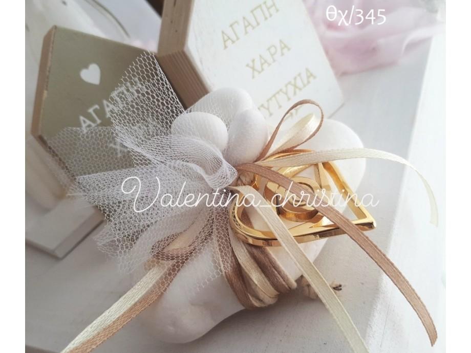 Ιδιαίτερες  μπομπονιέρες γάμου μενταγιόν επίχρυση καρδιά δεμένο σε βότσαλο